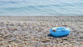 蓝色游泳圆环 免版税库存图片