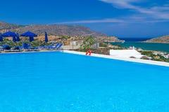 蓝色游泳池在希腊 免版税库存照片