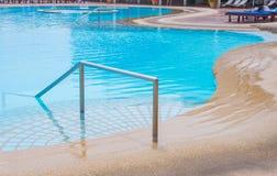 蓝色游泳池在有台阶的旅馆 免版税库存图片