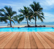 蓝色游泳池暑假和木甲板 库存照片