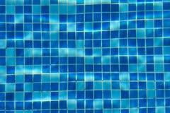 蓝色游泳池瓦片背景 免版税库存图片