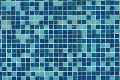 蓝色游泳池瓦片背景 免版税库存照片