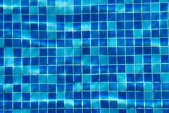蓝色游泳池瓦片背景 库存照片