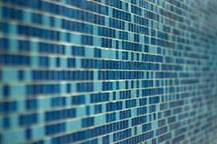 蓝色游泳池瓦片背景 库存图片
