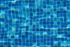 蓝色游泳池瓦片背景 图库摄影