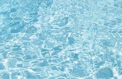 蓝色游泳池起波纹的水细节 免版税库存图片
