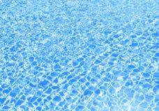 蓝色游泳池起波纹的水 库存图片
