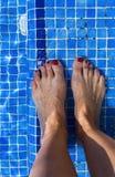 蓝色游泳池水起波纹的细节 免版税库存图片