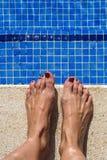 蓝色游泳池水起波纹的细节 库存照片