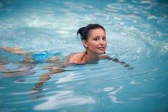 蓝色游泳衣的深色的女孩 免版税图库摄影