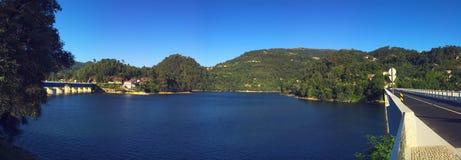蓝色湖全景 免版税库存图片