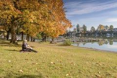蓝色湖公园秋天风景俄勒冈 库存图片
