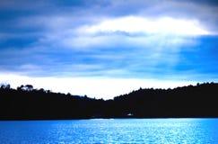 蓝色湖剪影天空 免版税图库摄影