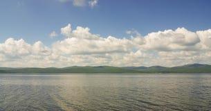 蓝色湖和云彩 图库摄影
