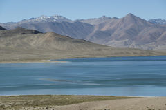 蓝色湖和无生命的山 免版税库存图片