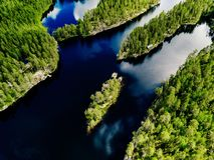 蓝色湖和绿色森林美好的夏天鸟瞰图在芬兰环境美化 库存照片