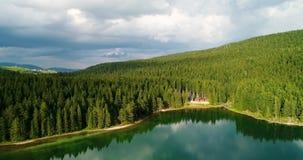 蓝色湖和绿色森林鸟瞰图在一个晴朗的夏日在黑湖,黑山 股票视频