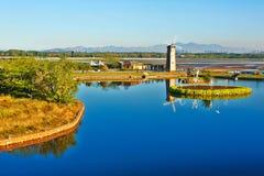 蓝色湖和风车 免版税库存照片