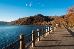 蓝色湖在秋天,北海道,日本 免版税库存图片