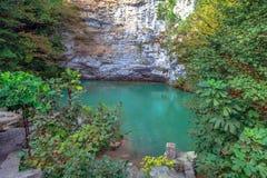 蓝色湖在秋天 阿布哈兹,在湖Ritsa附近 库存图片