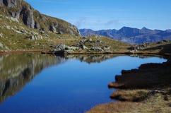 蓝色湖在阿尔卑斯 免版税库存图片