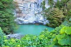 蓝色湖在阿布哈兹 免版税库存图片