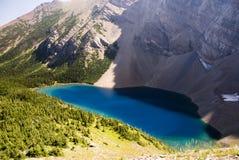 蓝色湖山 免版税图库摄影