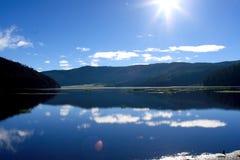 蓝色湖山 免版税库存照片