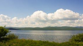 蓝色湖的海岸 库存照片