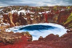 蓝色湖红色火山 免版税库存图片