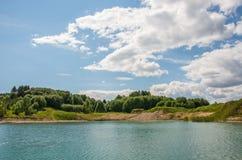 蓝色湖,明亮的晴天 免版税库存图片
