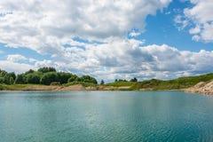 蓝色湖,明亮的晴天 库存照片