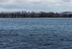 蓝色湖水 库存图片