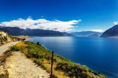 蓝色湖Hawea视图在一个夏天晴天,新西兰 免版税图库摄影