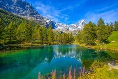 蓝色湖Lago的看法蓝色在布罗伊尔Cervinia附近和Cervino在Val D `奥斯塔,意大利登上马塔角 图库摄影