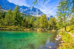 蓝色湖Lago的看法蓝色在布罗伊尔Cervinia附近在Val D `奥斯塔,意大利 库存照片