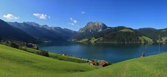 蓝色湖Waegitalersee和山 库存图片