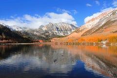 蓝色灌木报道了湖湖山北部橙色被反射的水黄色 免版税库存照片