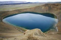 蓝色火山口深湖 免版税库存照片