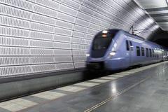 蓝色火车到达马尔摩地铁车站 免版税库存照片