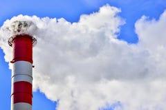 蓝色烟囱行业天空烟 免版税图库摄影
