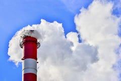 蓝色烟囱行业天空烟 库存照片