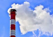 蓝色烟囱行业天空烟 免版税库存图片