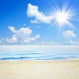 蓝色热带海和云彩在天空靠岸 库存图片