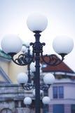 蓝色照明设备天空街道村庄 一根老街道路灯柱 免版税库存图片