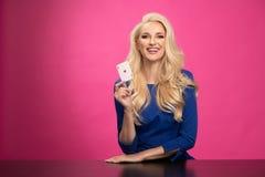 蓝色燕尾服的俏丽的年轻白肤金发的妇女 图库摄影
