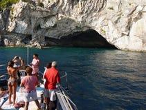 蓝色爱奥尼亚海和洞,海岛小船旅行 库存照片