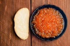 蓝色牌照 木板条 三明治用黄油和鱼子酱 图库摄影