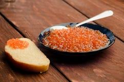 蓝色牌照 木板条 三明治用黄油和鱼子酱 库存图片