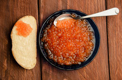 蓝色牌照 木板条 三明治用黄油和鱼子酱 免版税图库摄影